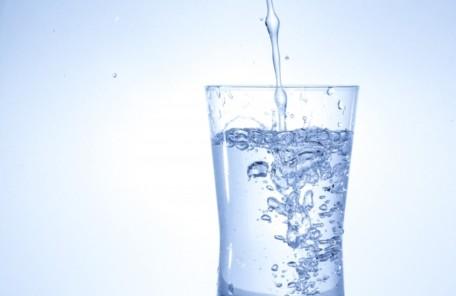 水は体の7割近くを占める大切な物質です